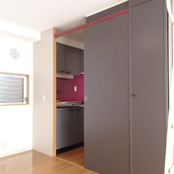キッチンも同様に扉を閉じれば隠せます。※前回募集時の写真です。
