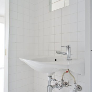 洗面台はコンパクトです ※写真は別部屋となります