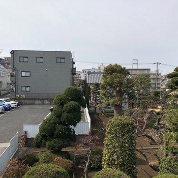眺望は駐車場と立派なお庭!