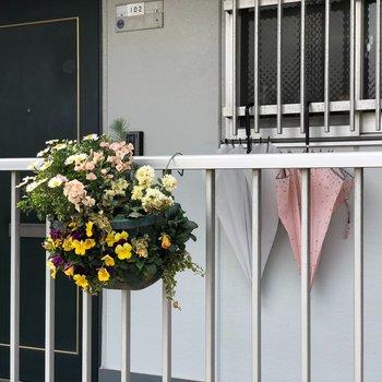 所々にお花や植物が置いてあるステキな建物でした