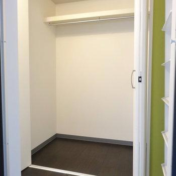 玄関に結構大きめな収納。※写真は前回募集時のもの