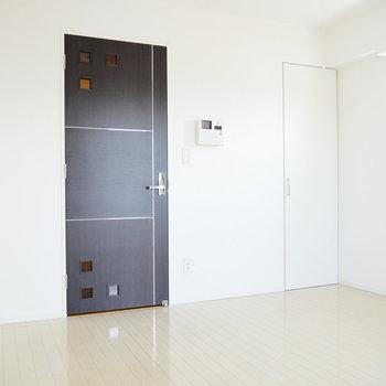 2面採光◎ ドア開けると、キッチンですよ。