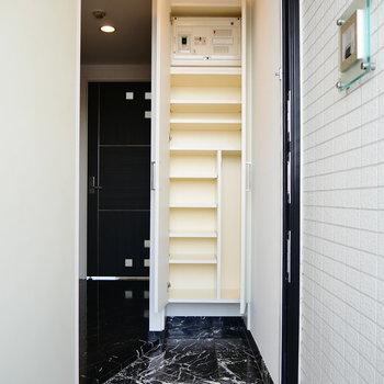 玄関です。靴箱は天井まで伸びてますね。