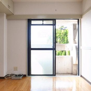 デッドスペースになりがちな天井部に収納がありますね!
