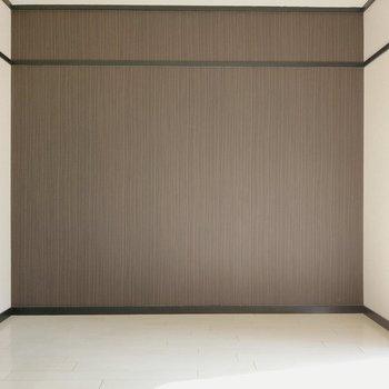 落ち着いた茶色のアクセントクロスが白の空間の引き締め役。