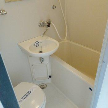 サニタリーは3点ユニットです。浴槽は1人なら充分サイズ。