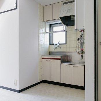 キッチン横にもコンセント。冷蔵庫はここか、モニターホン横に。