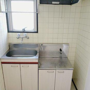 キッチン前には換気窓があります。作業スペースはキッチンワゴンなどで確保を。