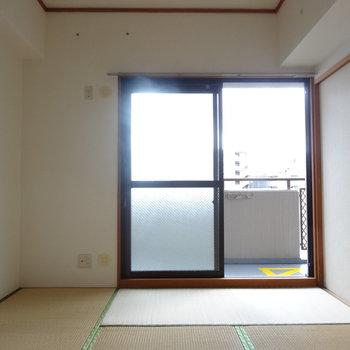 引き戸をしめると6帖の和室。窓が南向きなので、明るい♬(※写真はモデルルームです)