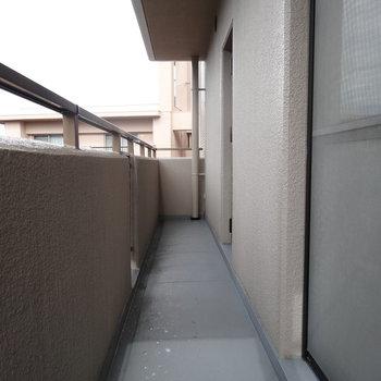 バルコニー1つ目!キッチン横の窓から出れます(※写真はモデルルームです)