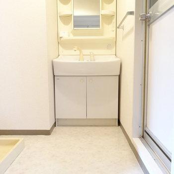 脱衣所広々◎洗面台はすっきりした形!(※写真はモデルルームです)