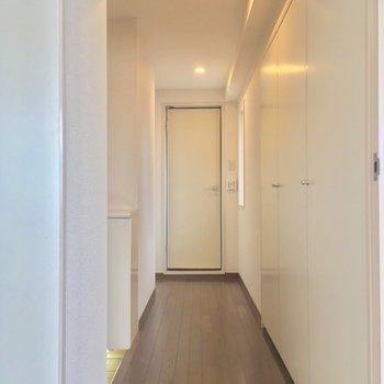 続いては、居室から扉を開けて、まずは突き当りの・・・※クリーニング前の写真です