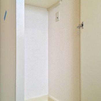 バスルーム入り口には扉で隠せる洗濯機置場も!※クリーニング前の写真です