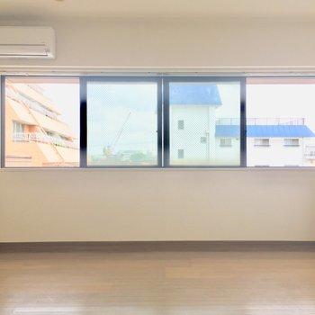 横に長〜いパノラマ窓!※クリーニング前の写真です
