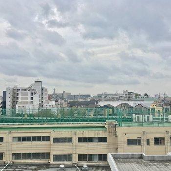 お部屋からの眺望。目の前に見えるのは学校ですネ