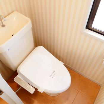 トイレは個室。ここにも窓!