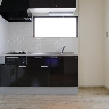 キッチンにも陽射しが入ります。