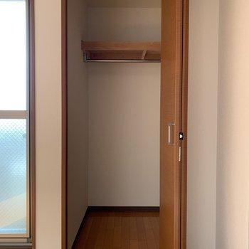 窓側のクローゼットにだけポールが付いていますよ!