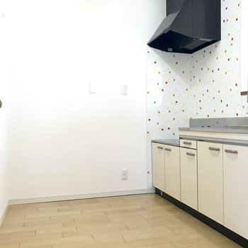 キッチンはタイルがほっこりかわいい!広いから食器棚も置けそう。