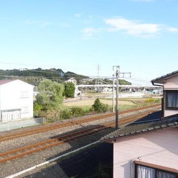 横からの景色は鹿児島本線の線路!