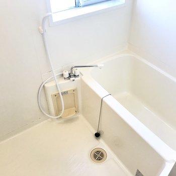 シンプルなお風呂にも窓付き!