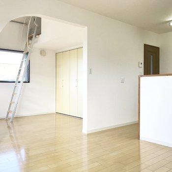 洋室とは扉がなく、アーチで空間がわかれています。