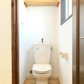 トイレも天井はブルー!収納棚がナチュラルなの。