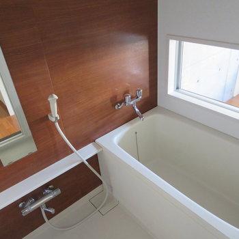 お風呂の窓なんです!リビング丸見えですよ。