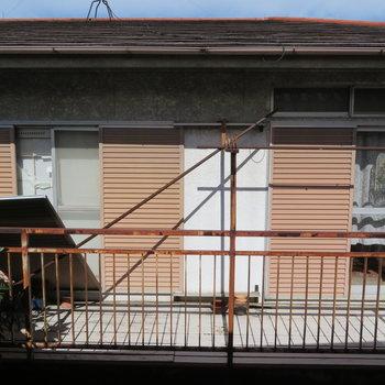 眺望は他家のベランダが。カーテンを閉めましょう。