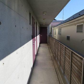 共用廊下。玄関ドアは紫色です。