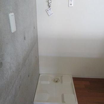 その後ろには洗濯機置場が。