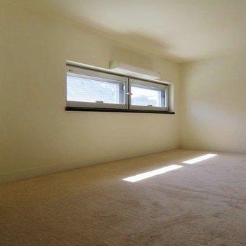 ロフトにも明り取り窓があります。下にはカーペットが敷かれていますよ。※写真は前回募集時のものです