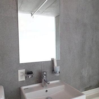 洗面台は石鹸置き場とか、コップホルダーとか、ありがたい。