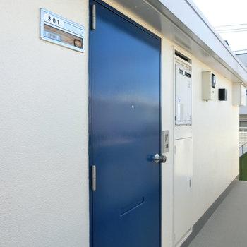 爽やかなブルーの扉