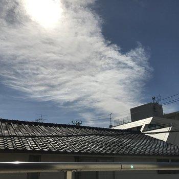 眺望。瓦と青空