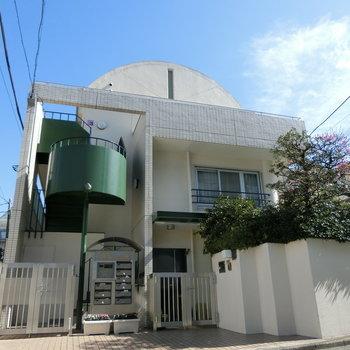 アーチ屋根と緑の螺旋階段