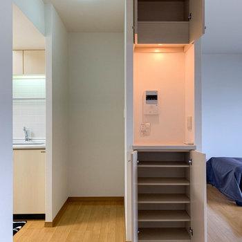 インターホンのモニター近くに棚やコンセントもあります。左のスペースは冷蔵庫置き場に。