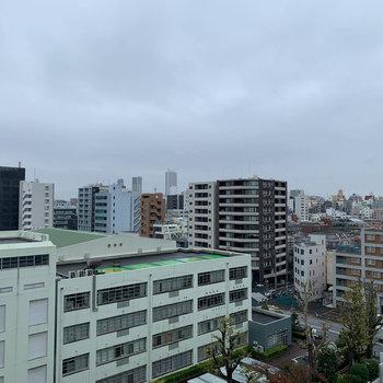 眺望は近隣の学校やマンション。