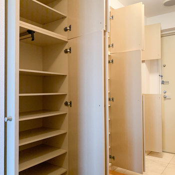 廊下の片側は収納棚に。