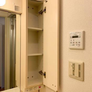 洗面台は鏡の右側にも収納があります。