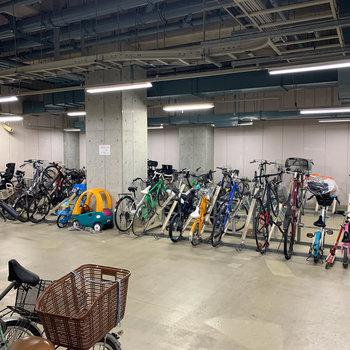 地下1階に駐輪場があります。