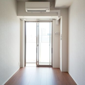 1つ目の寝室も光がたっぷりと!※写真は2階の反転間取り別部屋のものです