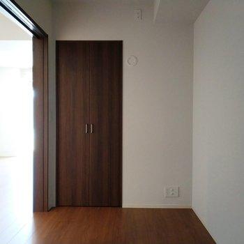 こちらも白基調の上品なお部屋(電球が後付けなので今は暗くなっております)※写真は2階の反転間取り別部屋のものです