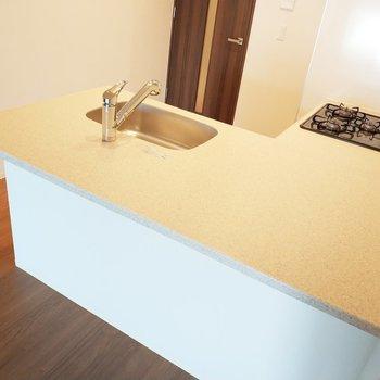 L字型の魅せるキッチンですよー!3口コンロ、グリルつき♪※写真は2階の同間取り別部屋のものです