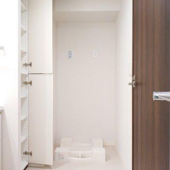 洗濯機の上には収納が!※写真は2階の同間取り別部屋のものです