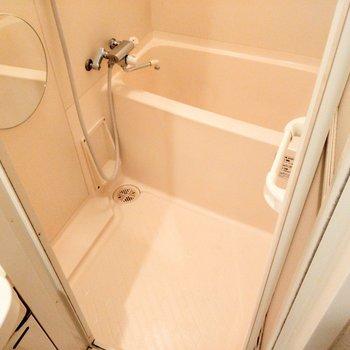 お風呂も1人なら十分サイズ◎ま〜るい鏡がキュート!