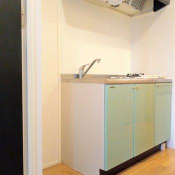 ミントグリーンのキッチンが爽やか♪取っ手のゴールドも素敵。