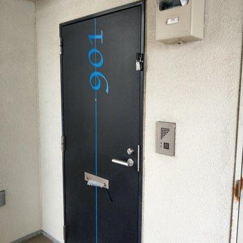 玄関扉に号室が!ひと目で分かる!