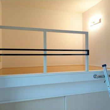 ロフトは柵もあるからベッドスペースよさそう。照明とコンセント側を頭に。