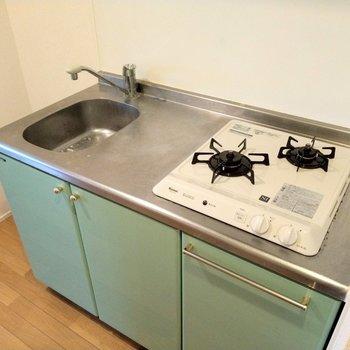 2口コンロに作業スペースも◎横に冷蔵庫置いて。